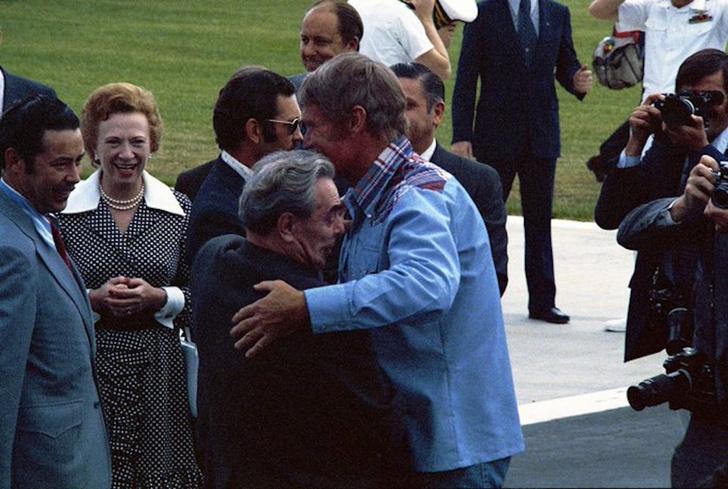 Фото №1 - История одной фотографии: Брежнев обнимает любимого американского актера, игравшего ковбоев, июнь 1973 года