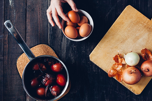 Фото №1 - Как покрасить яйца на Пасху: 5 простых способов