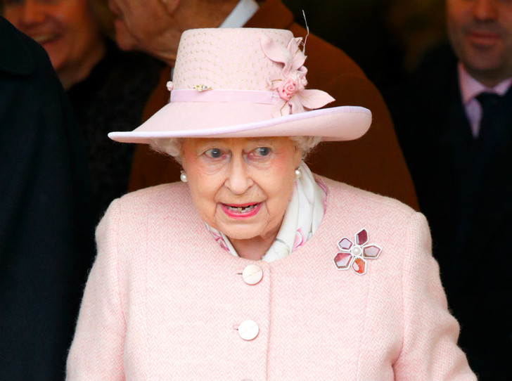 Фото №1 - В какую страну Королеву не приглашают (хотя она изменила жизнь монарха)