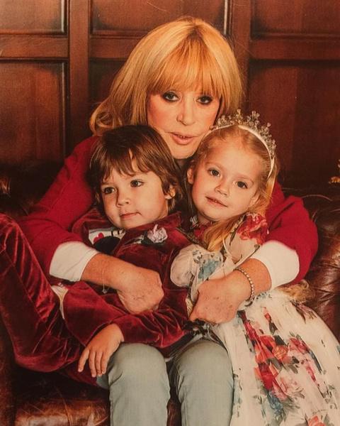 Фото №5 - Никогда не поздно: знаменитости, которые после 45 лет вновь стали родителями с помощью суррогатных матерей