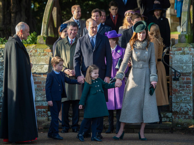 Фото №1 - Королевская семья на рождественской службе в Сандрингеме: без Сассекских, но с принцем Эндрю