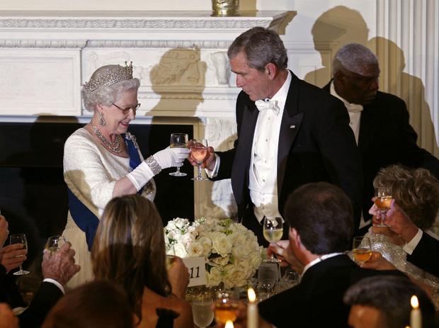 Фото №5 - Конфузы Белого дома: как президенты Форд и Буш пытались подшутить над Королевой