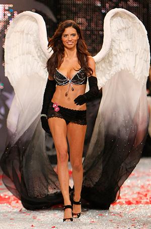 Фото №26 - Полцарства за бюстгальтер: как выглядят все драгоценные Fantasy Bra Victoria's Secret