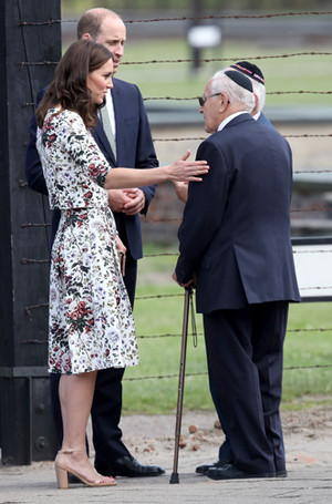 Фото №8 - Герцогиня Кембриджская еле сдержала слезы в концлагере Гданьска