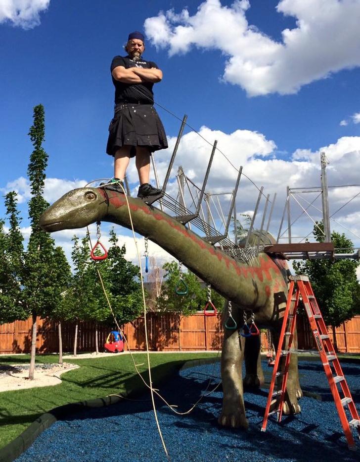 Фото №11 - Отец своими руками построил детям 14-метрового динозавра— детскую площадку (фото и видео)