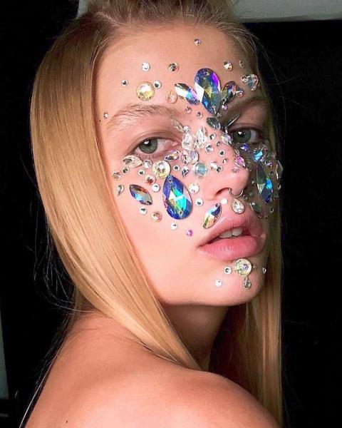 Фото №4 - Стразы— модный тренд для маникюров, макияжей и даже зубов 💎