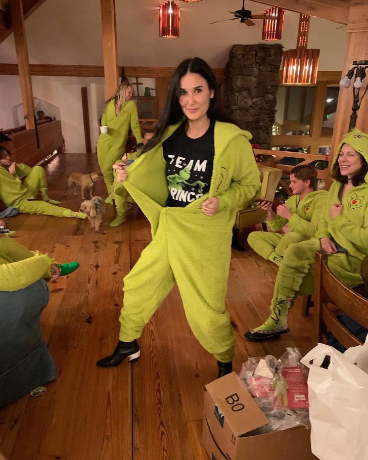 Фото №1 - Как ярко одеться всей семьей на Рождество? Показывает Деми Мур
