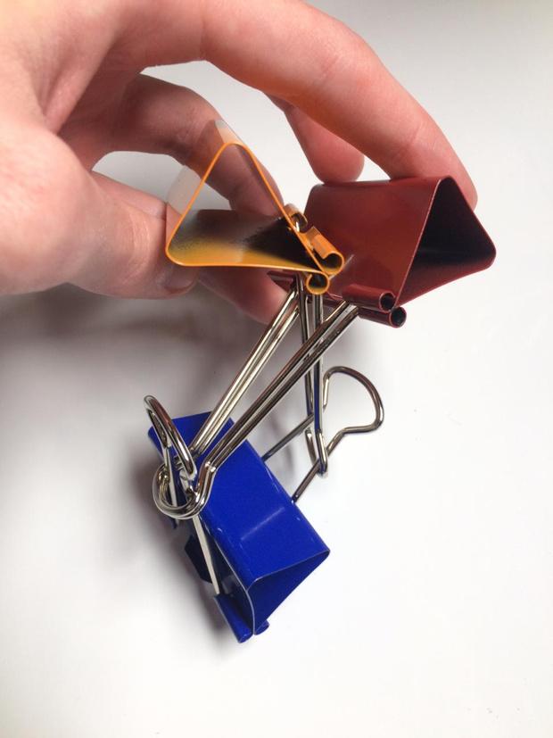 Фото №8 - Лайфхак: подставка для смартфона из офисных зажимов своими руками