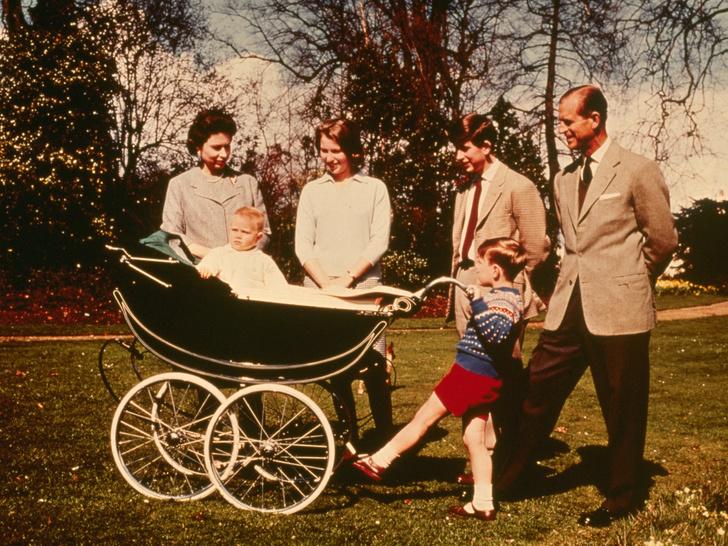Фото №2 - 5 важных правил королевского материнства, которые Кейт переняла у Елизаветы II