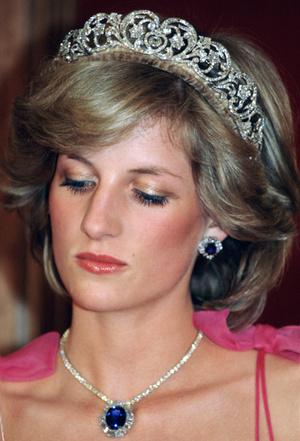 Фото №11 - Самый загадочный камень: как королевские особы носят сапфиры