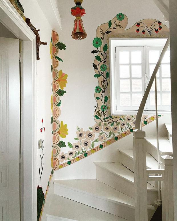 Фото №7 - Французская художница расписала свой дом цветами