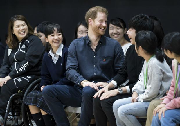 Фото №2 - Принца Гарри смутили комплименты японских школьниц