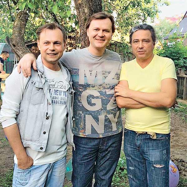 Владимир Асимов (справа) приезжал в 2015 году на день рождения к Левкину. На фото: с композитором Андреем Балашовым
