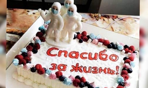 Фото №1 - Петербурженка с тяжелой пневмонией и COVID-19 после двух недель на ИВЛ отправила своим спасителям торт