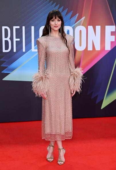 Фото №4 - Абсолютно «голое» платье Дакоты Джонсон с кристаллами и манжетами с перьями
