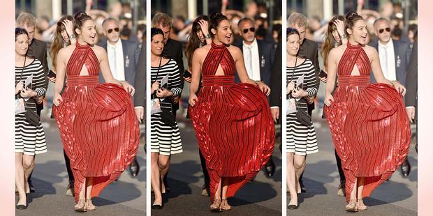 Фото №1 - Ты не поверишь, сколько стоит обувь, в которой Галь Гадот появилась на красной дорожке