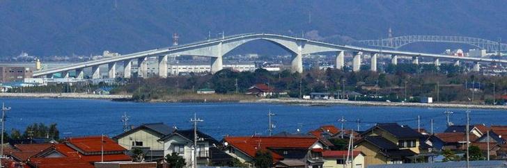 Фото №3 - Оптическая иллюзия: автомобильный мост, который кажется вертикальным (фото и видео)