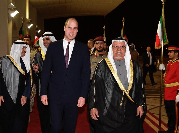 Фото №1 - Без Кейт и детей: принц Уильям отправился в тур по Кувейту