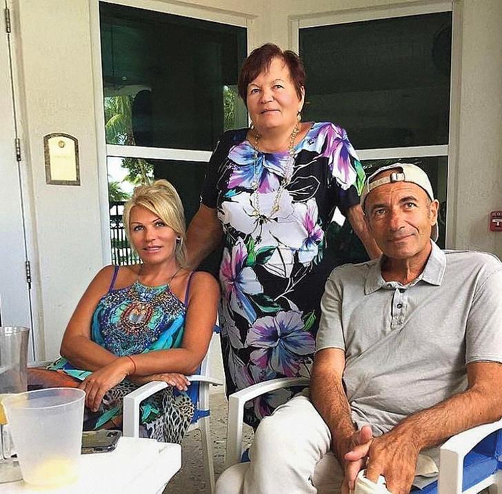 С сестрой Аллой и мамой Светланой Семеновной.