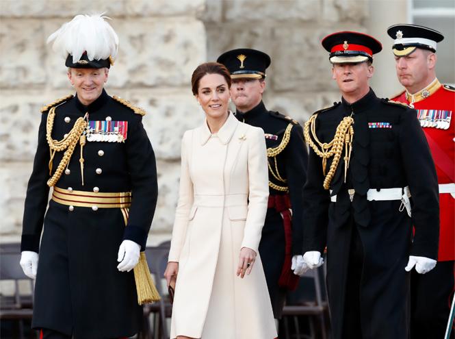 Фото №2 - Герцогиня Кейт впервые приняла военный парад