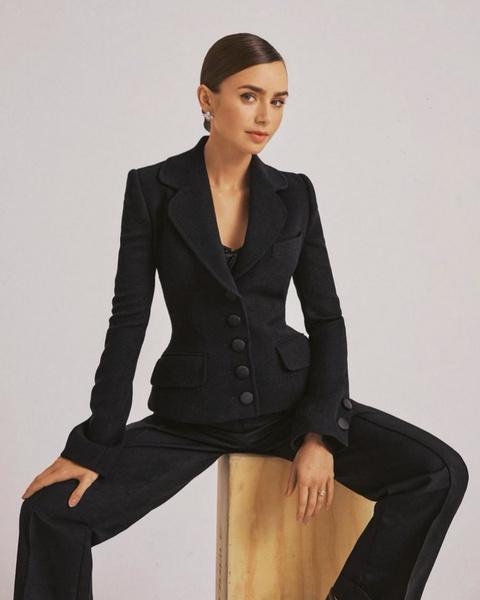 Фото №1 - Что купить: выбираем базовый брючный костюм как у Лили Коллинз 🖤