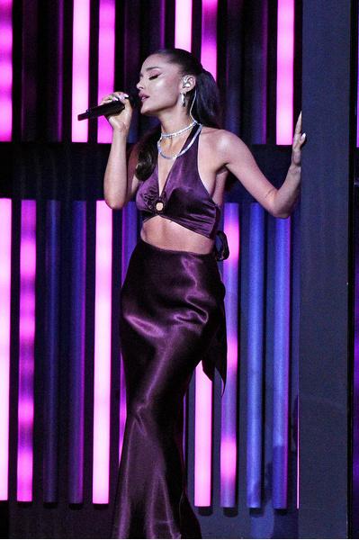 Фото №1 - Наряд, который меняет цвет: аутфит на выпускной как у Арианы Гранде на iHR Music Awards