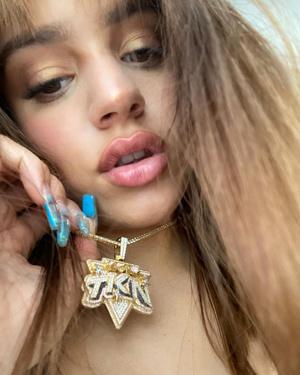 Фото №2 - Тысяча бриллиантов на цепи и ногти в виде бутылок Fiji: впечатляющий образ певицы Розалии
