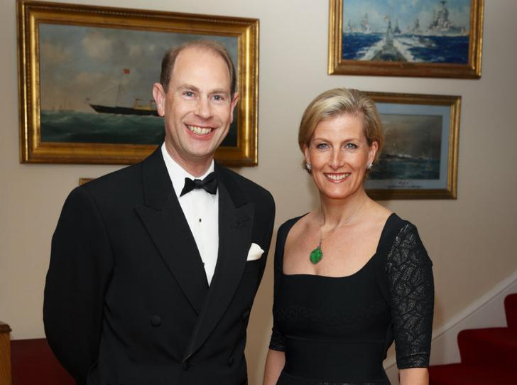 Фото №1 - История одного скандала: как «любимая невестка Королевы» и принц Эдвард зарабатывали на титулах