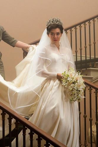 Фото №20 - От свадебных платьев до роскошных мехов: какие образы Виндзоров повторили в сериале «Корона»