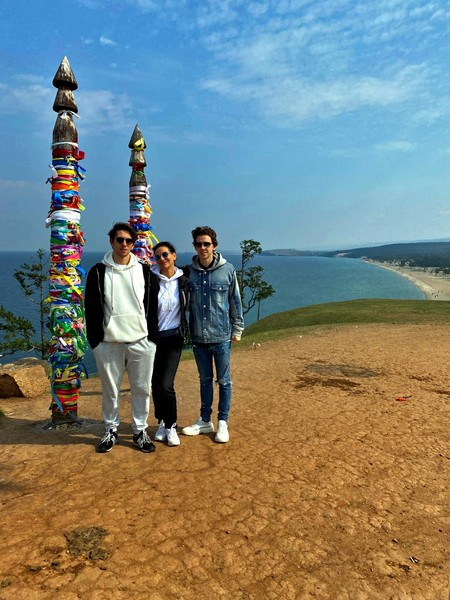 Фото №2 - Елена Север с сыновьями посетили Байкал