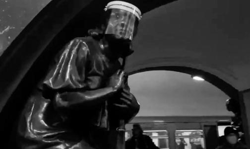 """Фото №1 - """"110% в масках"""". На станции столичного метро от коронавируса защитили даже бронзовые статуи"""