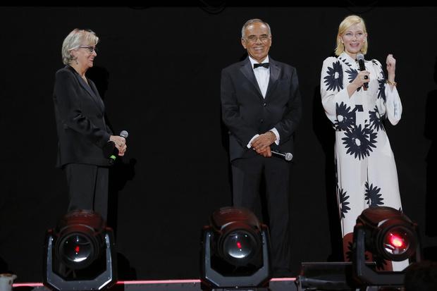 Фото №2 - Ромашки в негативе: самый элегантный образ Кейт Бланшетт на Венецианском кинофестивале