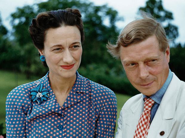 Фото №2 - Как Королева-мать «воевала» с Уоллис Симпсон с помощью моды