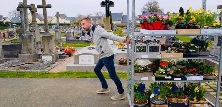 Фото №5 - История французского садовника, который украсил непроданными цветами целое кладбище, стала вирусной (фото)