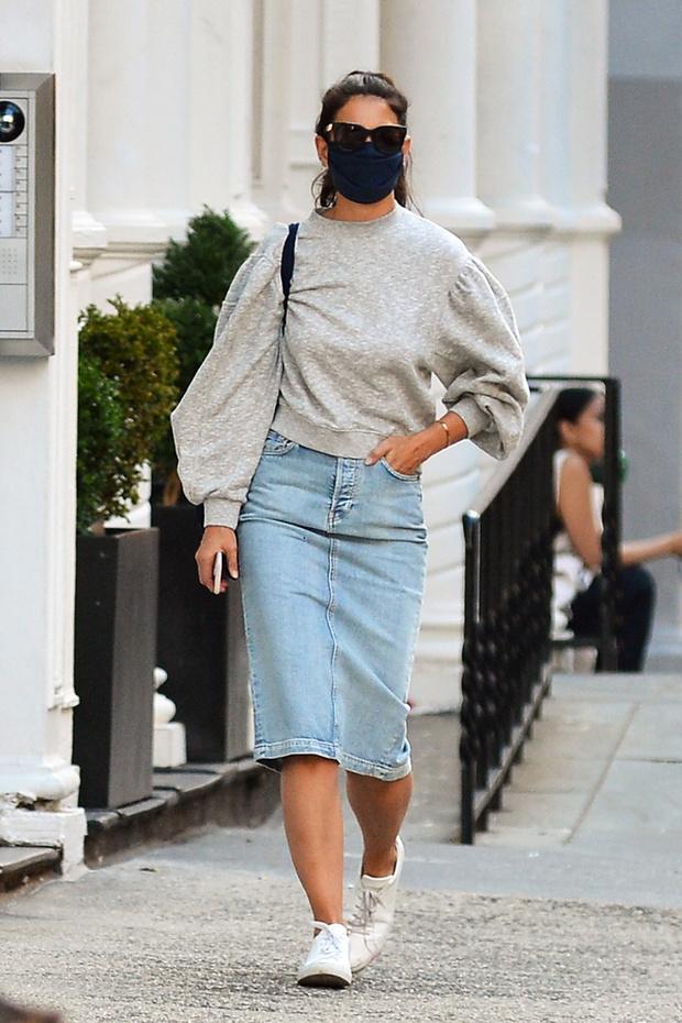Фото №1 - Купить сейчас, носить осенью: джинсовая юбка в стиле 90-х, как у Кэти Холмс