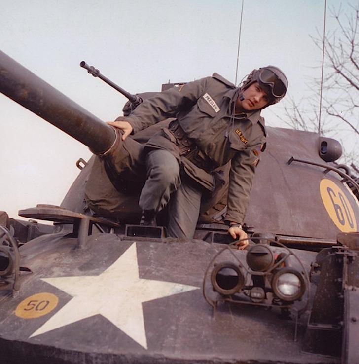 Да, это не автомобиль, это нечто более крутое— основной боевой танк «Паттон»! Дело в том, что службу в армии Элвис проходил в настоящих войсках, а не в музыкальной роте. Служил Пресли танкистом, зарекомендовал себе хорошим стрелком и умел обращаться с сам