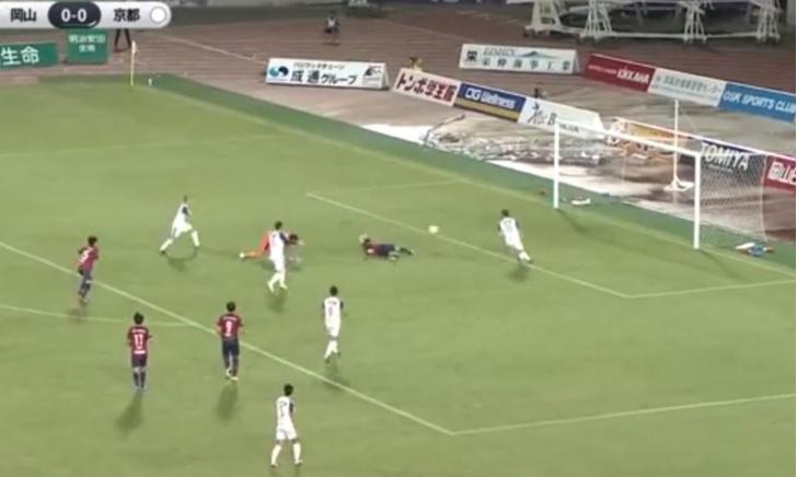 Фото №1 - Феноменальный гол: футболист забил, лежа спиной к воротам (видео)