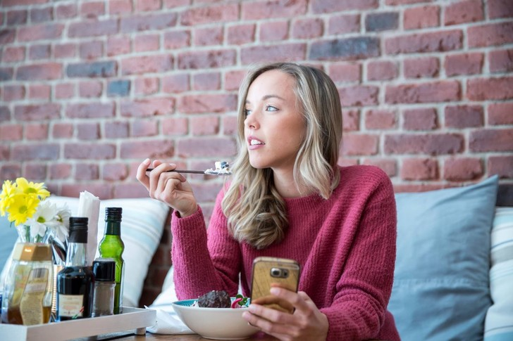 Фото №1 - Увлечение смартфонами связали с риском ожирения