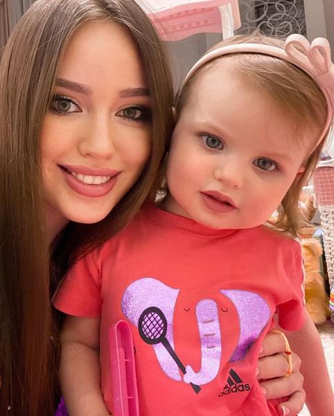Фото №2 - Фолловеры заподозрили, что Анастасия Тарасова красит для фото губы своей 2-летней дочери