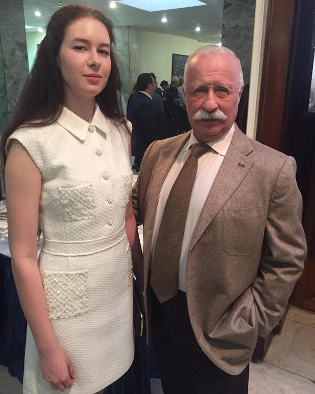 Фото №1 - Как живет дочь Якубовича, которую редко видит публика