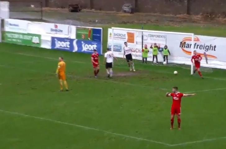 Фото №1 - Упс дня: преждевременное празднование гола футболистом, уверенным, что он забил (видео)