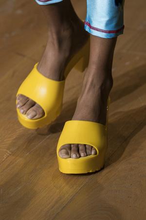 Фото №15 - Самая модная обувь весны и лета 2021: советы дизайнеров