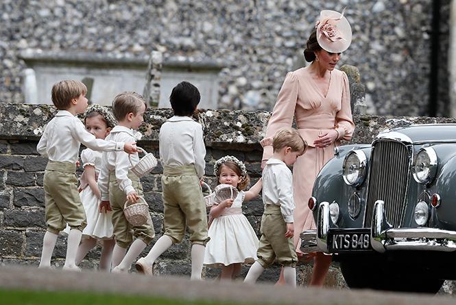 Фото №1 - Герцогиня Кембриджская в роли няни на свадьбе сестры (фото)