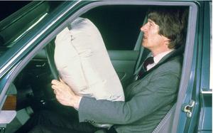 …однако, именно Mercedes-Benz доказал, что эйр-бэги эффективны только в сочетании с ремнями