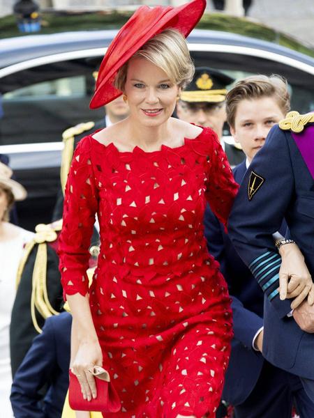 Королева Бельгии подчеркнула морщины, выбрав неудачный оттенок одежды