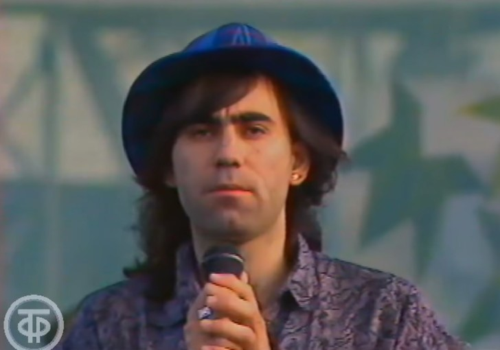 Фото №1 - Редкое видео: волосатый и худой Иосиф Пригожин выступает на стадионе в 1991 году