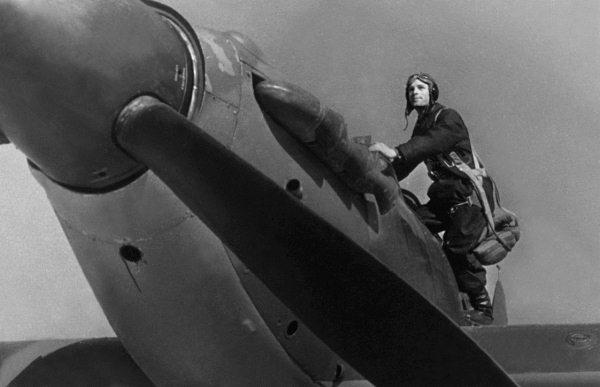 Герой Советского Союза Владимир Ильич Саломатин на крыле своего истребителя «Харрикейн», 17-й ГвШАП