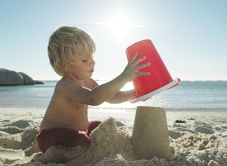Фото №2 - Собираемся на пляж: 10 вещей, которые нужно взять для малыша