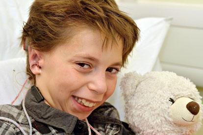 Фото №1 - Врачи подарили английскому мальчику уши и уверенность в себе