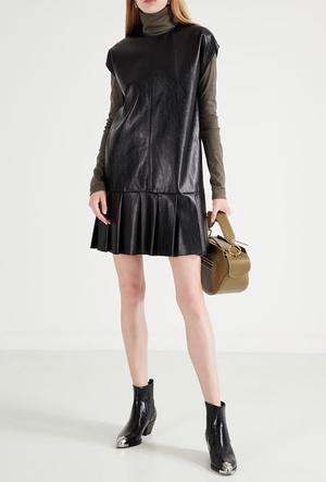 Фото №13 - Босс не будет против: как носить кожаные вещи в офис